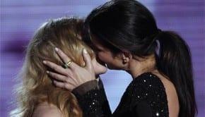Sandra Bullock bacia Scarlett Johansson