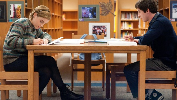 Emma Watson e Logan Lerman scena biblioteca