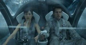 Olga Kurylenko e Tom Cruise in una scena tratta da Oblivion