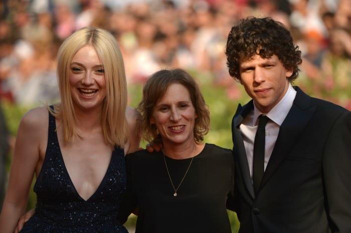 Dakota Fanning, Kelly Reichardt e Jesse Eisenberg   © GABRIEL BOUYS / Getty Images