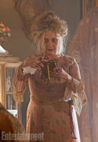 Carol Kane nei panni di Gertrude Kabelput | © Entertainment Weekly