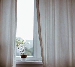 Sulla finestra, in camera da letto