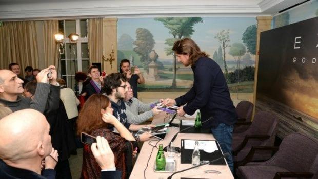 Christian Bale firma autografi a Parigi
