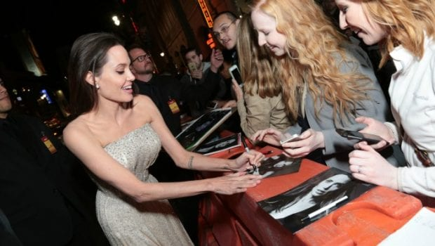 By the sea Angelina Jolie firma autografi